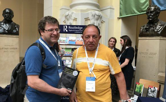 Фото 1. Игорь Шиян иНиколай Веракса устенда издательства Routledge на28-й ежегодной конференции EECERA вБудапеште.