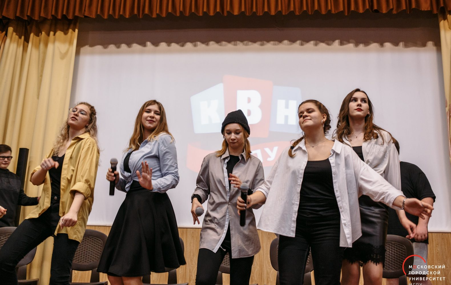 Студенты ИЦО вшколе КВН