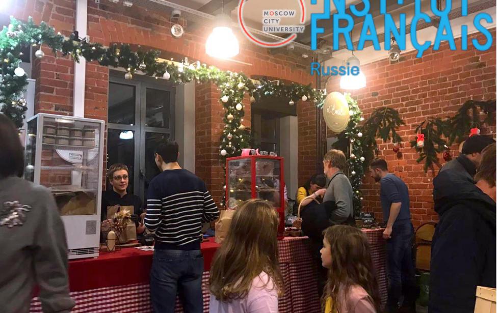 Студенты ИИЯ помогли организовать Рождественскую ярмарку