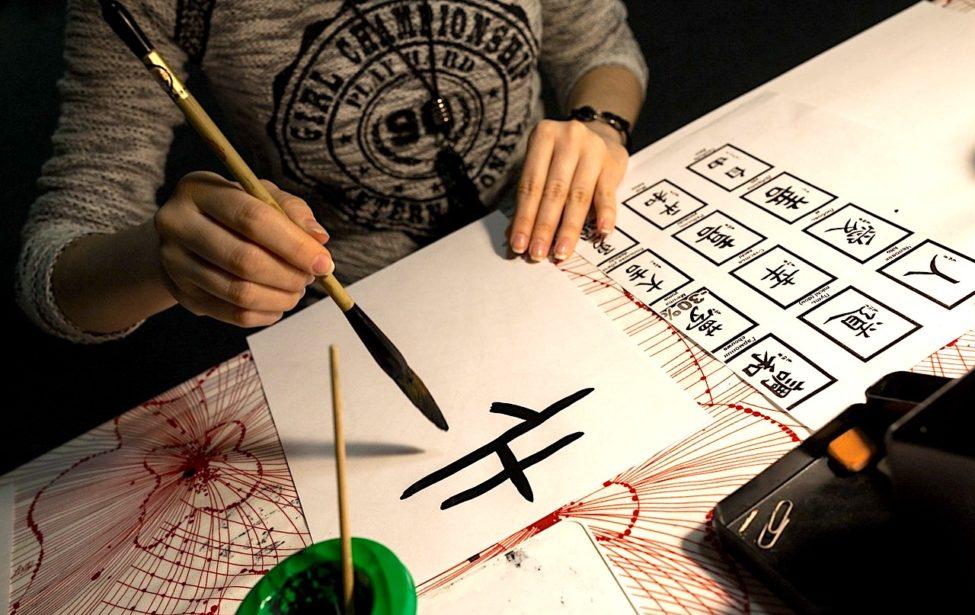 Студентка ИИЯ провела мастер-класс покитайской каллиграфии