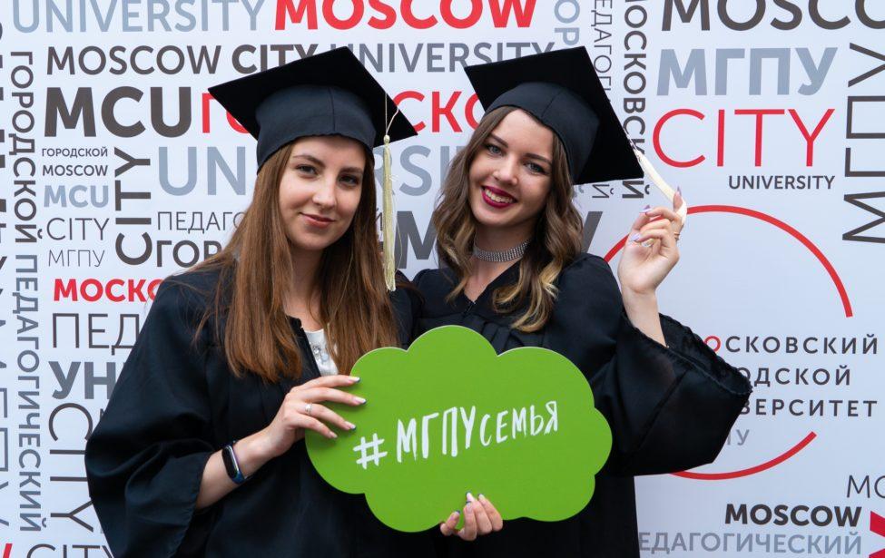 Ректор Игорь Реморенко поздравляет выпускников 2021 года